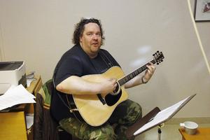 Sång och gitarrspel bjöds av Stefan Olsson på invigningen...