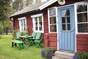 Stugan är gammal men utemöblerna är faktiskt alldeles nytillverkade – om än av äldre modell. Originalet fanns en gång i tiden på kaféet Sommarro i Boulognerskogen i Gävle.