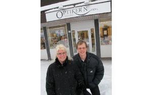 Ulf Arnell som är legitimerad optiker har öppnat en butik med optik och en mindre hälsodel i Svärdsjö. Maria Fahlström är optikerassistent. FOTO: KRISTINA VAHLBERG