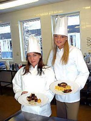 Foto:JÖRGEN LARSSON Redo för VM. Hanna Wallman och Anna Eriksson är Restaurangskolans representanter när det svenska kocklandslaget ska tävla i Luxemburg kommande vecka.