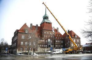 Även Rådhuset i Östersund fick sig en törn under stormen Ivar. Med hjälp av en kranbil lagades trasiga takpannor. De som kommit ur sina lägen flyttades tillbaka på plats.