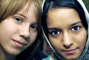 Sara Berglund och Nafiseh Heidari har blivit bästisar i klass 7B. Sara har fått landshövdingens pris för att hon hjälper Nafiseh med svenska och engelska. Foto: Gun Wigh