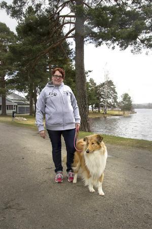Anita Samsson är en av eldsjälarna bakom evenemanget barnens och hundens dag som arrangeras på Långnäs 21 maj. Här är hon tillsammans med collien Winna.