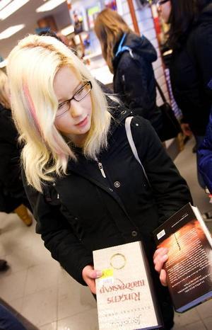 """Emma Kvist, 16 år, från Bräcke hade plockat åt sig första delen av Tolkiens """"Ringens brödraskap"""" och  lan Spences """"Det rena landet"""". """"Omslaget och baksidestexten gjorde mig intresserad av den"""", sade hon. Emma läser ganska mycket, mest fantasy. Favoritbok? """"Harry Potter""""."""
