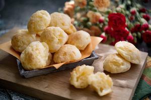Suveräna små ostbröd som ofta serveras som gatumat i Brasilien.