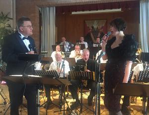 Ronny Funseth och Eva Regnander sjöng tillsammans under Ljusnandalens storbands hyllningskonsert.