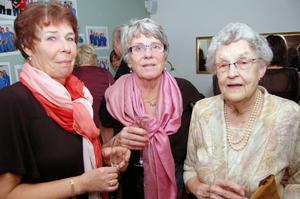 85-åriga Berit Moraeus Persson som bland var nattsköterska på akuten under 26 år och gick i pension 1992 syns här till höger tillsammans med Maria Westlund och Sonja Pers.