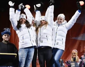 Charlotte Kalla, Sofia Bleckur, Maria Rydqvist och Stina Nilsson firar sitt stafett-silver.