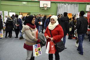 Soria Ali och Ahlam Taciddin, som kom till Sverige från Syrien för flera år sedan, var två av dem som letade arbete på jobbmässan i Sporthallen.