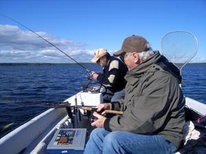 När abborrfisket är som bäst. En varm höstdag med huggvillig fisk i Björköfjärden trivs Sten Högberg och PO Lagerborg som fisken i vattnet.