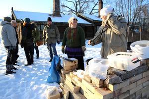 Rakubränning med Anna Riseby, elev och lärare Lillemor Lunde -Kjellin.