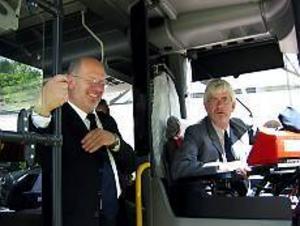 Äntligen gick starten för Gysingelänken, en bussförbindelse mellan Gysinge och Uppsala som pendlare, folkhögskoleeelever och PRO:are länge längtat efter.Heby kommuns kommunalråd Rolf Edlund, c, körde första sträckan från Uppsala till Östervåla. Där tog Sandvikens oppositionsråd Carl-Ewert Ohlsson, c, över och rattade bussen ända ut på Udden i Gysing där invigningen skedde.