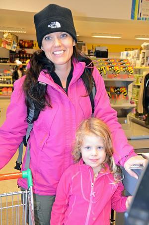 – Vi handlar så mycket vi kan i bybutiken, säger Jessica Embretsen med dottern Nora, norska fritidshusägare som besöker stugan i Sörsjön minst en gång i månaden.