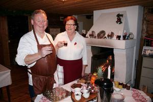 Stefan och Margita har dukat upp sitt julbord i Boggsjö kapell. En glögg, sedan kan gästerna komma.
