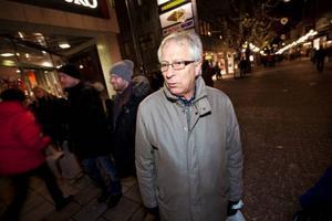 """Göte Murén ordförande i miljö- och samhällsnämnden i Östersunds kommun var en av alla som var ute under skyltsöndagen. """"Jag är lite besviken på att det är så få butiker som har öppet, men det finns många fina skyltningar"""", säger han.   Foto: Håkan Luthman"""