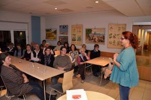Anhörigkafé i Kastanjen. Carina Oskarsson är anhörigkonsulent i Örebro och berättade för deltagarna i Fjugesta om sin erfarenhet av att vara anhörigstödjare.