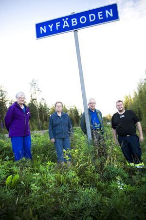 Fel! Anita Olars, Margit och Hans-Erik Vestlund och Carl-Anders Olars strider för att ändra vägskylten. Nyfäbodarna ska det vara, anser byborna.
