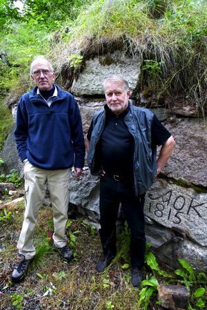 Visade hyttruinen. Ulf Andersson och byalagets ordförande Håkan Berggren hade mycket intressant att berätta om den för länge sedan nedblåsta Snöå hytta. Foto:Karin Rickardsson