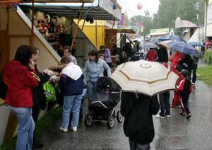 Trots regn och rusk blev årets FränstaStyra fullsatt. Men man kunde se många paraplyer på området.