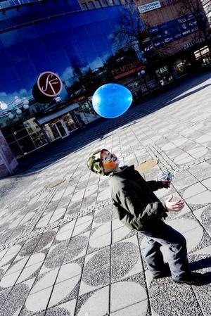 LEJON. Sebastian Turén har fått ansiktsmålning och en ballong hos en hamburgerkedja nära dig.