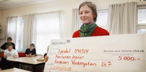 Max Rydman tog emot checken på 5000 kronor till klassen från Närljus.