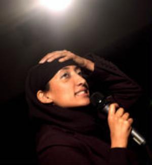 Shazia Mirza underhåller på Svenska Standuppgalan.