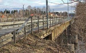 Järnvägsbron vid Brogård i Krylbo måste få en ny körbana. Det är Sveriges äldsta bro av sin typ. Foto: Eva Högkvist