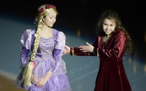 Rapunzel, Sandra Ciuksyte, och Mor Gothel, Tatyana Pettersson, från Disneys Trassel.