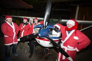 Thomas Lovén, Lars Eklund, Robert Hansson, Linus Heimdal och Henrik Anderson vid klubbens flygplan. I morgon genomför klubben sitt 48:e tomtehopp.