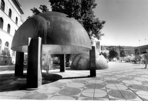 TRYGG 88. Kärnreaktortopparna blev Trygg 88 på Stortorget i Gävle just 1988 då bomässan Bo 88 pågick.  . Foto: HÅKAN SELÉN.