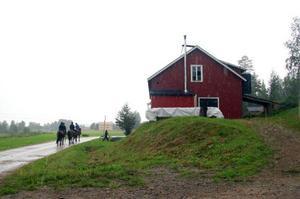 Stallet får de låna. Hästar och tränaren Maria Berg kommer från Ånge ridklubb.Foto: Carin Selldén