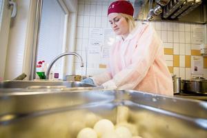 Karin Risberg, enhetschef på kostenheten, är skalar ägg till dagens eritreanska kycklinggryta.