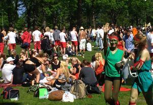 Solsken och brännboll i fantasifulla utklädnader stod på schemat för årets studenter.