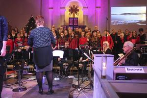 Närmare 80 personer stod på scen under julkonserten.