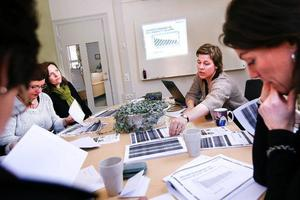 Åsa Bergström-Schahine presenterade rapporten för oppositionsrådet Carina Zetterström och företagaren Tina Fors närmast kameran, företagarna Ruth Gärdin-Berglund och  Margaretha Lindbäck-Hansson till vänster, och företagarna Marjaana Backlund och Karin Hammarqvist  utanför bild.  foto: Anna-Karin Pernevill