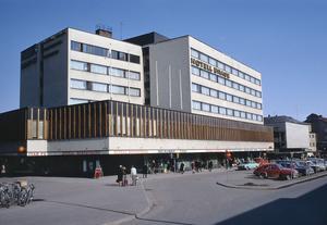 Hotell Brage byggdes 1965 av Bröderna Mattson som hade ett fritt förhållningssätt till ritningar. De stegade ut måtten i stället för att använda måttband och lade undan Hansons projekteringsritningar. När de byggde höghusdelen för hotellet tyckte de att det var lika bra att bygga en våning till utöver bygglovet. Det resulterade i att börderna fick böta 800 kronor.