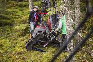 Kalle Ristrand genomför den dagliga rundsmörjningen av skördaren han använder vid skogsavverkningen.