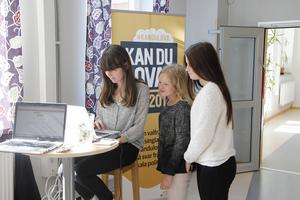 Här syns Sabina Hylander och Jonnah Tönners tillsammans med Ljusdals-Postens reporter Karin Eurenius.