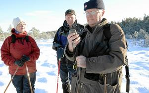 Att hitta rätt. Vilse vill man inte gå. Med GPS håller Åke Nyström koll på kartan tillsammans med Kerstin Nyström och Göran Hagsten.