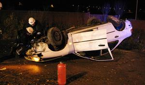 Bilen voltade av vägen och hamnade på taket.