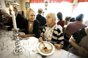 Nobel i minne. Mathilda Karlsson, personal, och Kerstin Englund på fest.