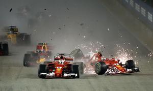 Ferrariförarna Kimi Räikkönen (nummer sju) och Sebastian Vettel (nummer fem) kraschade in i varandra och tog Max Verstappen med sig i fallet under starten i Singapore.