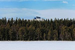 Det är läckert att se hur snöberget vid Lillsjön höjer sig över trädtopparna. Kari H Lautamäki bidrag skulle kunna vara en bils som är tagen av en pressfotograf. Den blå lastbilen som häller ur snö lyfter bilden ytterligare ett snäpp.
