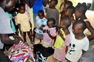 Barnen strålade när första laddningen kläder kom till barnhemmet. Grå. slitna vuxenkläder byttes mot barnkläder i bjärta färger.