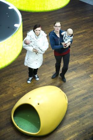 Två unga mammor som representerar babyboomen i Falun: Jenny Herneheim, 21, med Theo, fyra veckor, och Lenita Bertell, 23, med Noah, sex månader.