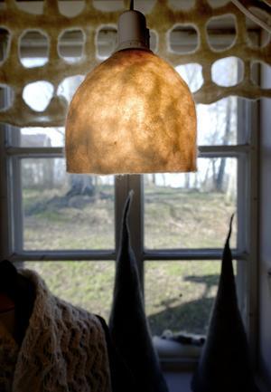 Fårens ull kan användas till mycket. Här har Stina tovat en lampskärm och gardiner.
