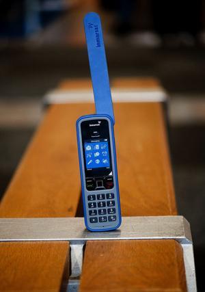 Mobiltelefonen - mer plikt än privilegium. Den som inte vill riskera att uppfattas som teknikfientlig passar sig gärna för att framstå som alltför kritisk till dess baksidor.