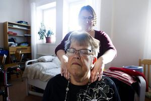 Siv Sjöberg får massage av  Maria Lundqvist volontär.