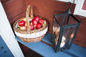 Hela verandan doftar och nyplockade äpplen.
