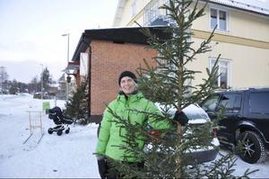 """""""Du måste ta granen nu. Det kan bli tokmycket med snö sedan"""", sade Anna Westling om varför Svegsborna är så ivriga.Foto: Jill Pettersson"""